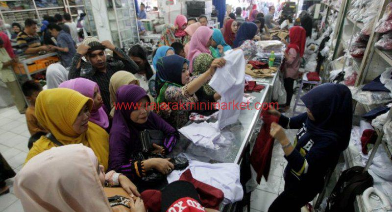 Toko Penjual Seragam Sekolah Ramai Pembeli 20150724 221245